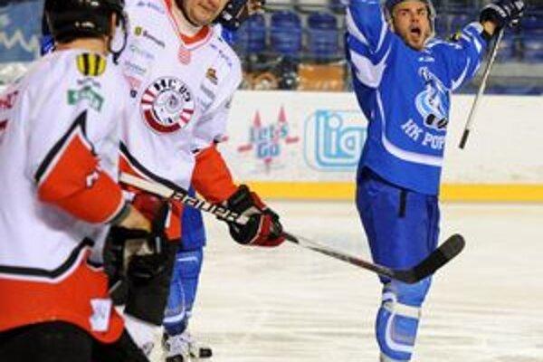 Adam Lapšanský (v modrom) v úlohe úspešného strelca.