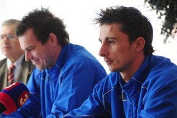 Vpravo Jaroslav Kolbas, vľavo kapitán tímu Peter Šinglár.