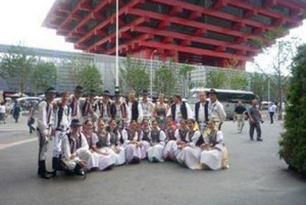 Pred čínskym pavilónom. Folklórny súbor Šarišan na výstave EXPO 2010 v Šanghaji.
