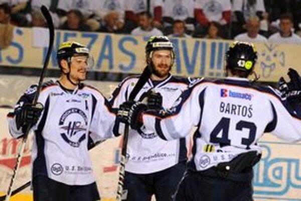 Tu sa ešte Peter Bartoš so spoluhráčmi radoval. Košice viedli v Poprade 1:0.