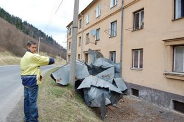 Zničená strecha na bytovke v Krompachoch.