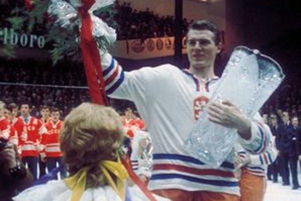 Svetový titul po 23 rokoch. Kapitán nášho mužstva František Pospíšil na najvyššom stupienku v Prahe v roku 1972.