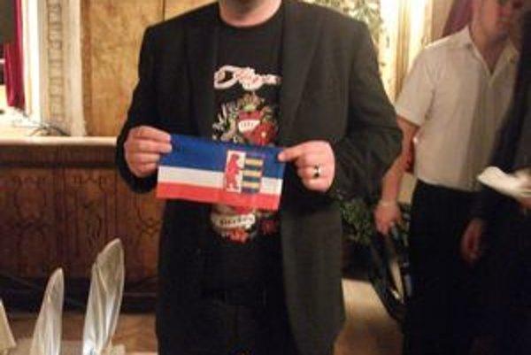Michal Hudák. S oficiálnou rusínskou vlajkou.