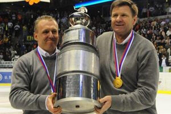 Rostislav Čada (vpravo) spolu s asistentom Pavlom Zůbekom doviedli Košice k titulu aj v uplynulej sezóne.