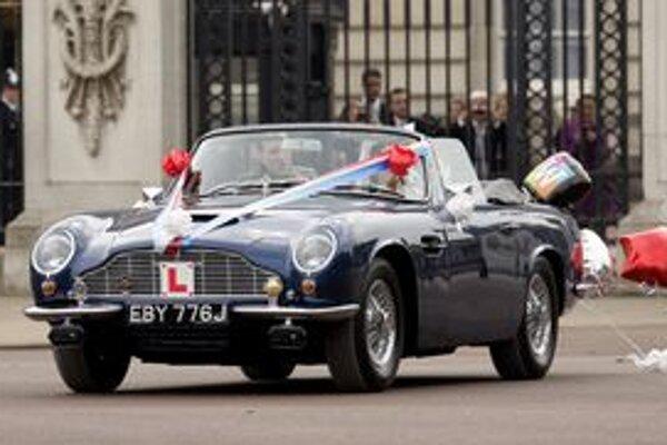Aston Martin DB6 Volante. Tento Aston Martin dostal k svojim 21. narodeninám princ Charles od svojej matky, kráľovnej Alžbety II.