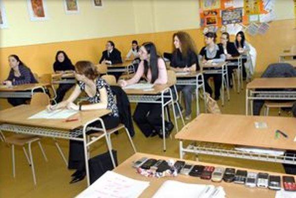 Mobily. Počas vyučovania nemajú zvoniť.