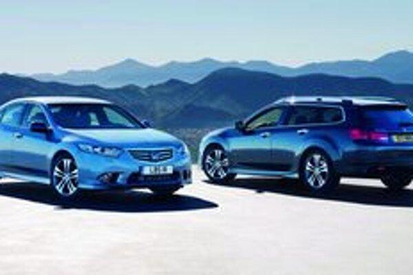 Inovovaná Honda Accord. Accord sa dodáva ako limuzína i ako športové kombi.