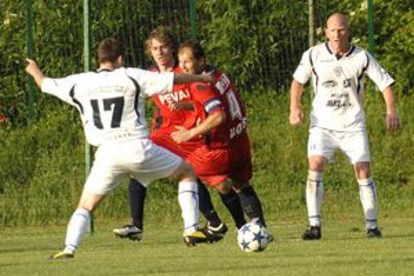 Strelci Lokomotívy. Pod dvojgólové víťazstvo železničiarov nad Krásnou sa podpísala dvojica Riapoš (vpravo), keď prvý gól strelil hlavou a na druhý prihral striedajúcemu Klimekovi (č. 17).