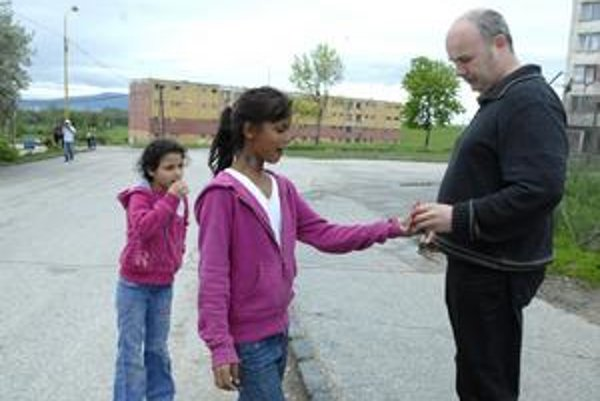 Spontánnosť. Deti sa pri kňazovi pristavujú a podelia sa s tým, čo majú.
