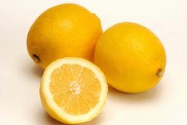 Pomocou citrónu odstránite zápach a vydenzifikujete aj drevené dosky na krájanie.