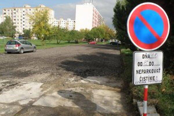 Parkovisko na Gazdovskej ulici v Prievidzi má nový podklad zo starého asfaltu.