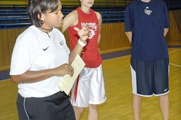 Prvé tréningy. Trénerka Chatmanová vedie prípravu v Košiciach.