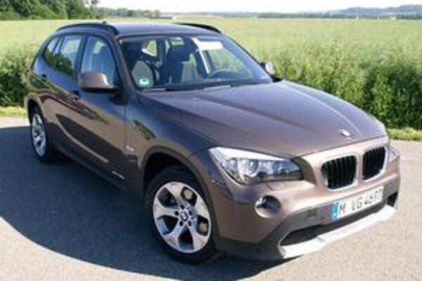 Športovo-úžitkové BMW X1. Model X1 prišiel na trh po úspešných väčších modeloch X3 a X5.