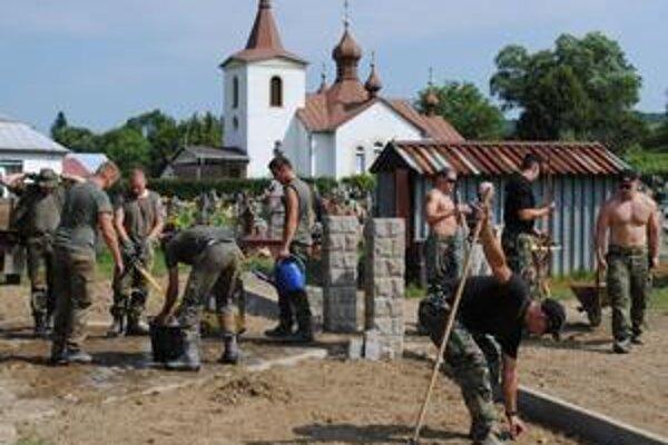 Cintorín v Čabinách. Masové hroby vojakov padlých v 1. svetovej vojne sú v strede civilného cintorína. Nemeckí a slovenskí vojenskí policajti sa už druhý rok snažia dať vojenskému cintorínu dôstojnú tvár.