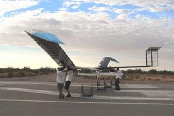 Bezpilotné lietadlo Zephyr. Lietadlo Zephyr odštartuje vypustením z rúk päťčlenného tímu.