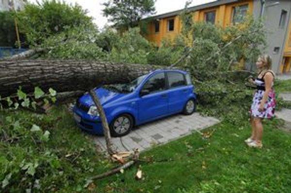 Spadnutý strom na osobné auto v areáli Univerzitnej nemocnice Louisa Pasteura Košice na Rastislavovej ulici.