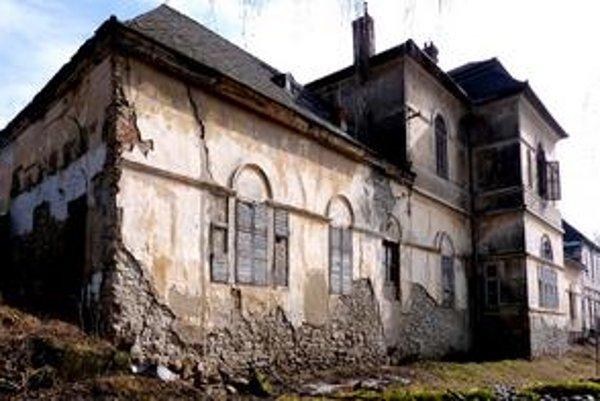 Dolný kaštieľ v Raslaviciach. Západná fasáda.
