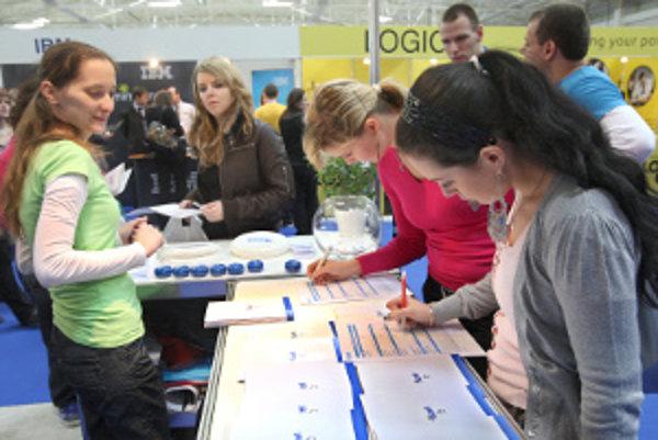 O absolventskú prax sa mladí zaujímajú aj na trhoch práce.