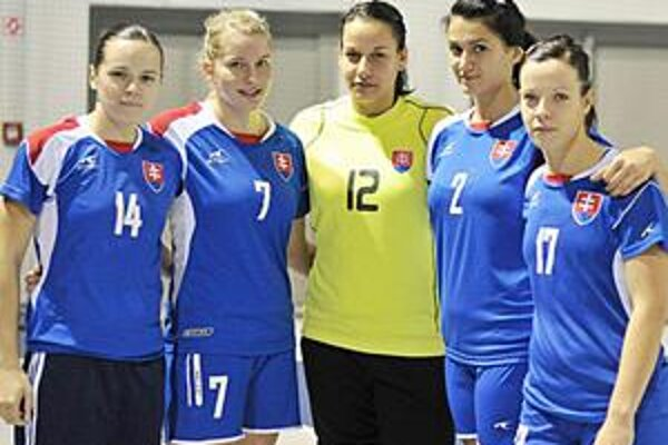 Michalovská pätica reprezentantiek. Zľava: T. Szöllösiová, I. Mičiníková, L. Gubíková, M. Rebičová a Z. Hollá.