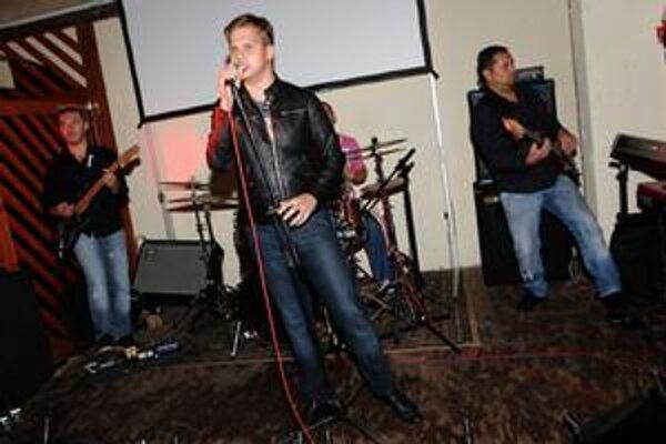 Krstilo sa klasikou. Šampanské nesmelo chýbať. Martin oslávil svoj nový klip koncertom, ktorý odspieval už zdravý.