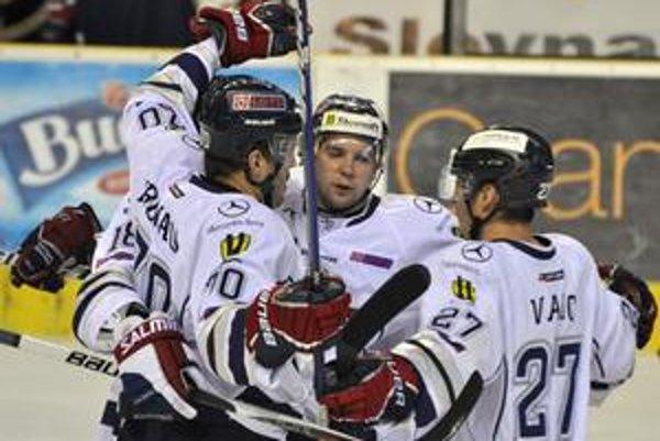 Slovan chce víťazstvo. Peter Frühauf (vľavo) sa raduje z gólu so spoluhráčmi Martinom Hujsom (v strede) a Ľubomírom Vaicom.