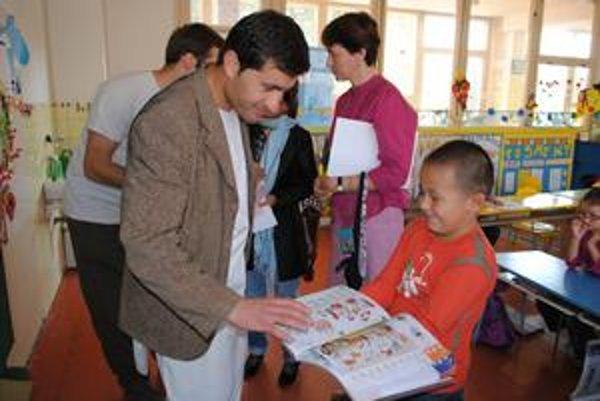 """""""V zajatí"""". Deti Jan Aghovi ochotne ukazovali, čo všetko musia písať do učebníc."""