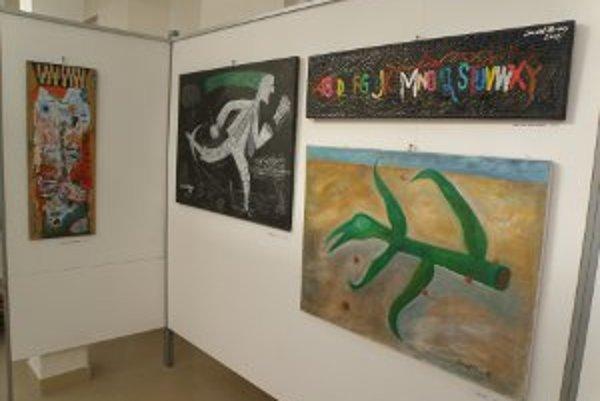 V Prievidzi vystavuje obrazy Daniel Hevier.