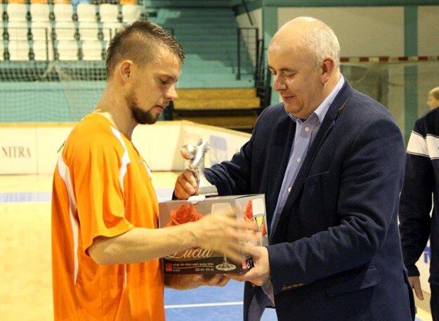 Marek Szabó z víťazného Výberu ZsFZ si odniesol cenu pre najlepšieho hráča.