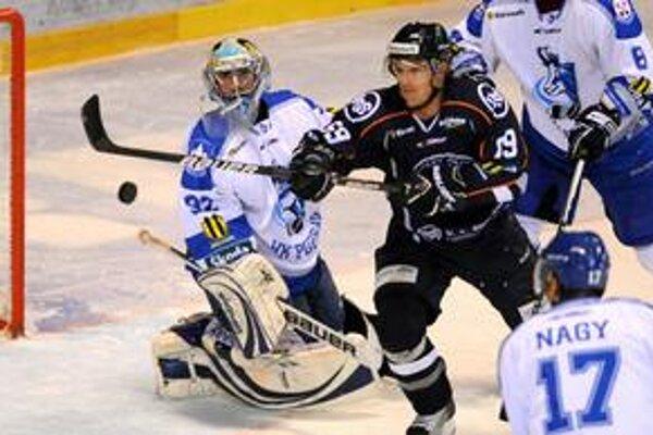 Na snímke uprostred hráč Košíc Dušan Andrašovský pred brankárom Popradu Marcelom Melicherčíkom.