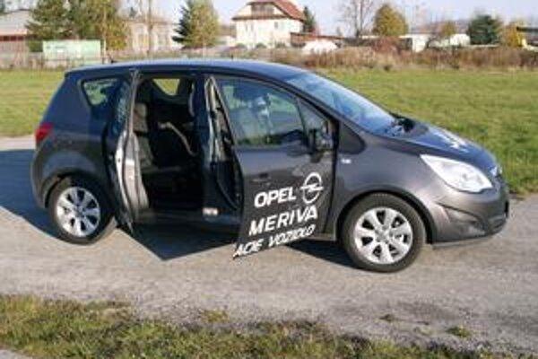 Opel Meriva. Najoriginálnejším technickým prvkom vozidla sú vzadu zavesené zadné dvere.