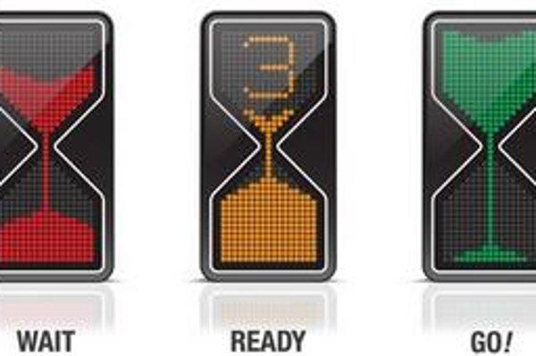 Inovatívny dopravný semafor. Semafor má tvar presýpacích hodín, pričom číslice udávajú sekundy do zmeny farby.