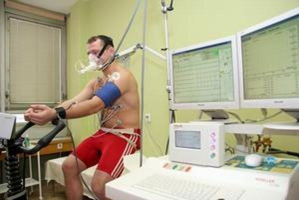 Spiroergometer centra CEVA. Tento prístroj slúži na sledovanie funkčnej výkonnosti kardiorespiračného systému pri záťaži.