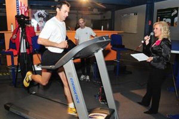Štart. Pokus o vytvorenie rekordu rozbiehal slovenský maratónsky majster I. Pástor.