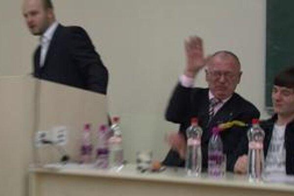 Na uplynulý štvrtok veru nezostanú poslancovi SNS Jozefovi Rydlovi najpríjemnejšie spomienky.