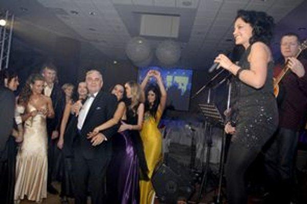 Lucie Bílá s kapelou. Tú jej v ten večer robil husľový virtuóz Berky Mrenica ml. a skupina Starmania so speváčkou Barborou Balúchovou.