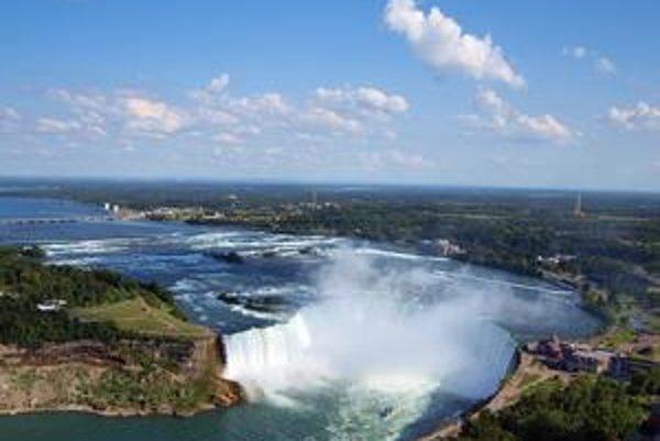 Dominantný vodopád. Horseshoe Canadian Falls dosahuje šírku až 900 metrov.