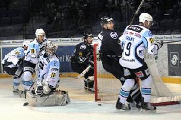 Roztrhlo sa vrece s gólmi. Košickí hráči po piatkovom poltucte do žilinskej bránky dali včera Nitranom o dva viac.