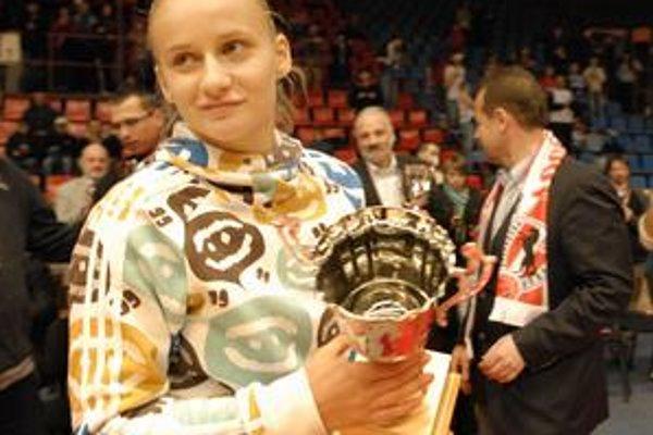 Tretie miesto. Rozohrávačka BSS Tarasovová s pohárom po Final four Stredoeurópskej ligy.