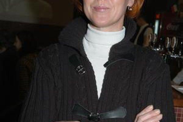 Skrehnutá herečka. Niekomu sa zapáčil herečkin kabát, ona musela v mraze vystúpiť iba vo svetríku.