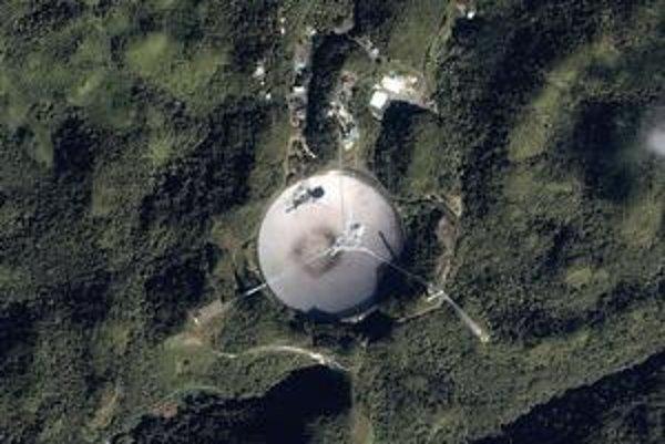 Pohľad na rádioteleskop z družice. Na snímke, zhotovenej družicou Ikonos, dobre vidno kruhovitú anténu i káble, na ktorých visia prijímače.
