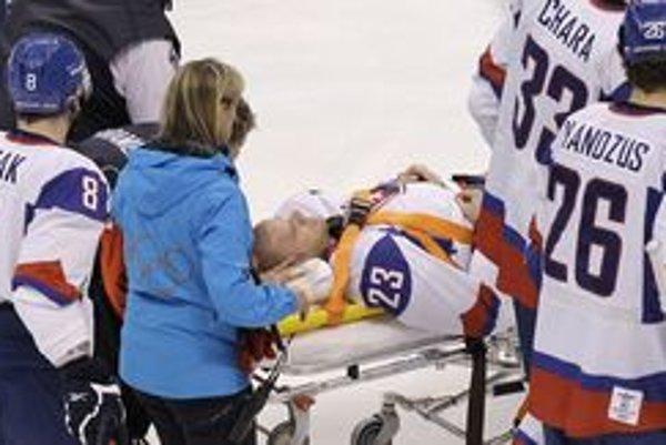Ľuboša Bartečka odvážajú po brutálnom faule z ľadu. Jeho najbližší v týchto momentoch tŕpli.