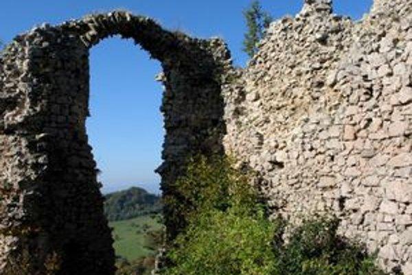 Zrúcaniny Hanigovského hradu.