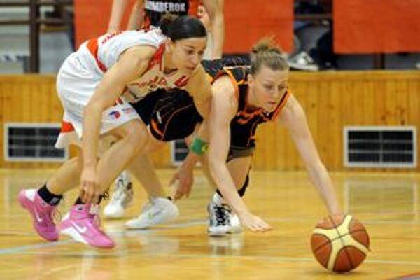 Tuhý súboj o loptu vo štvrtom semifinále. Vľavo Prešovčanka Jennifer Risperová, vpravo Lizzane Murphyová z Ružomberka.