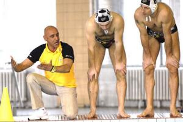V nasadení. Tréner Kaid (vľavo) pri rozdávaní pokynov.