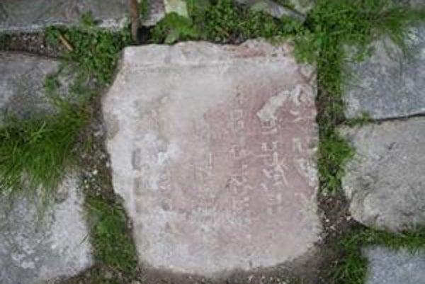 Náhrobný kameň. Túto pamiatku na židovských občanov umiestnia v budúcom múzeu v Barci.