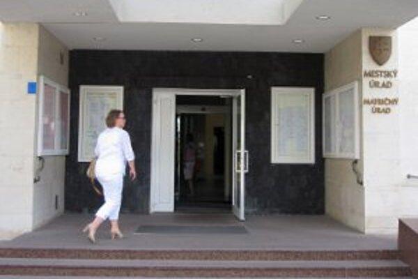 Na Mestskom úrade v Prievidze sú nové dvere.
