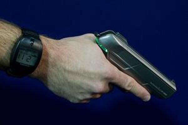 Zbraň s autorizačnými hodinkami. Pokiaľ prijímač v pištoli neprijíma kódovaný signál zo špeciálnych hodiniek, zo zbrane nemožno vystreliť.
