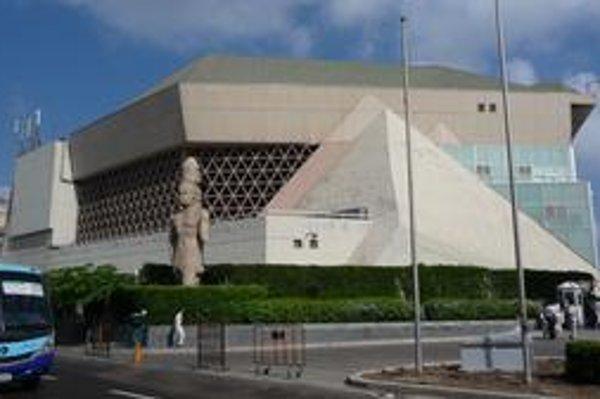 Konferenčné centrum. Hlavná sála konferenčného centra má 1 630 sedadiel.