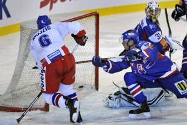 Takto Mojžíš rozhodol 5 sekúnd pred koncom o triumfe Čechov, vpravo náš kapitán Lintner.