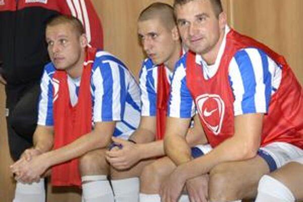 Lavička. Ľubomír Maďarik (vpravo) so spoluhráčmi sleduje z lavičky dianie na palubovke.